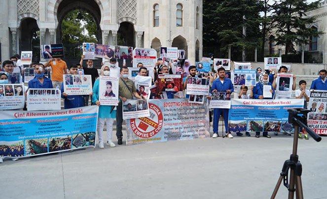 İSTANBUL'DA YAŞAYAN UYGUR TÜRKLERİ ÇİN'İ PROTESTO ETTİ